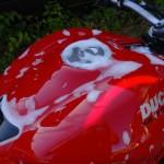 mousse sur le réservoir de moto