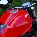 rinçage de la moto à l'eau claire