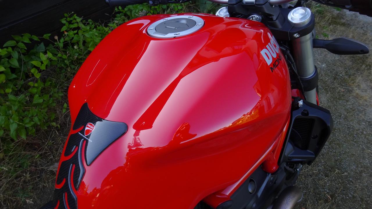 réservoir de moto neuf avec les produits Meguiar's