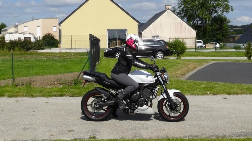 yamaha fz6 n s2 nouvelle moto dans le garage. Black Bedroom Furniture Sets. Home Design Ideas
