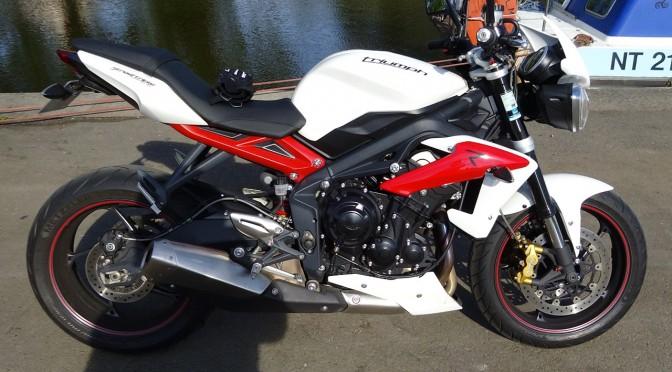 Blanc et rouge du Street Triple Triumph
