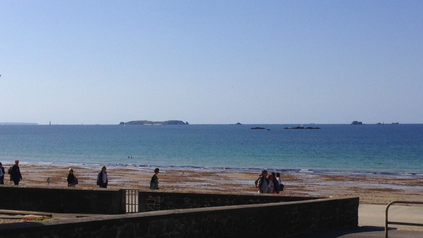 Vue sur la mer depuis la plage de Rochebonne de St Malo