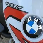 logo BMW : R1200R blanc et rouge