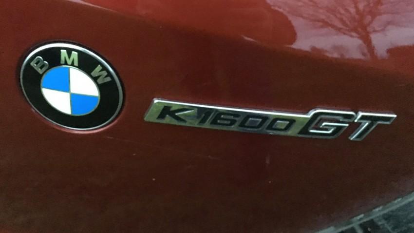 Logo K1600GT en carrosserie rouge