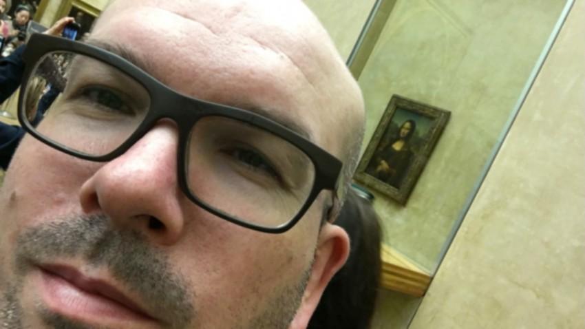 Selfie de David Jazt avec la Joconde