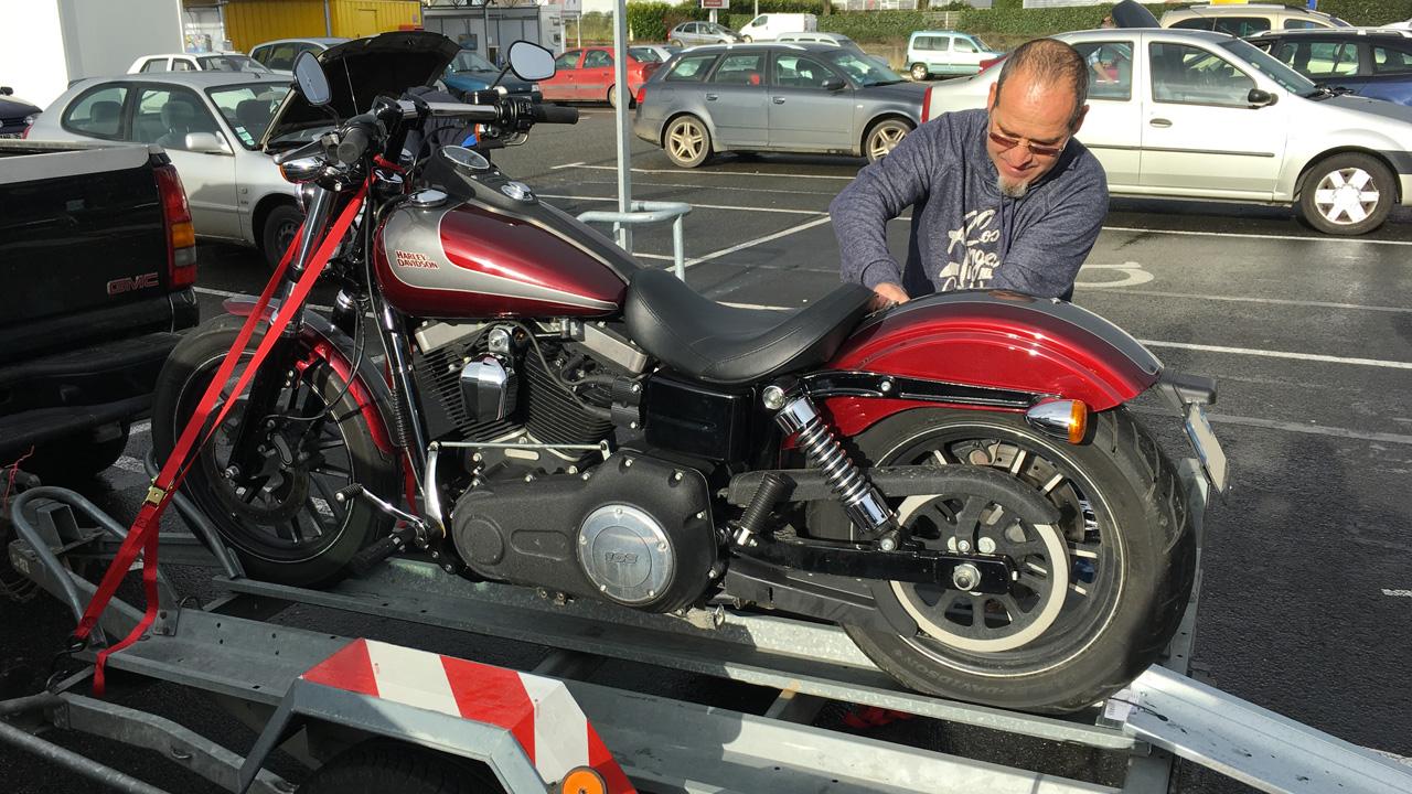 bien attacher la moto sur la remorque