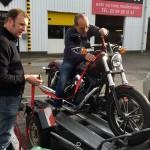 Moto sanglée sur la remorque