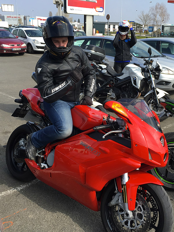 Ben sur sa Ducati 999 rouge