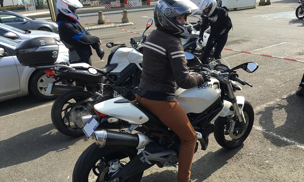 Amélie sur sa Ducati 696 Blanche à Rennes