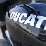 logo réservoir Ducati sur fond noir