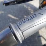 logo Ducati sur la poignée d'accélération
