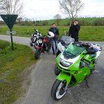 pause motarde en bord de route