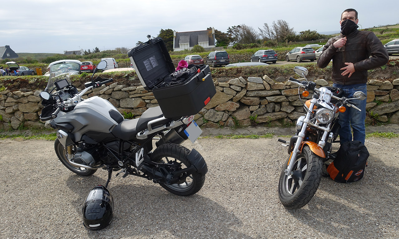 moto sur le parking de la pointe du Raz