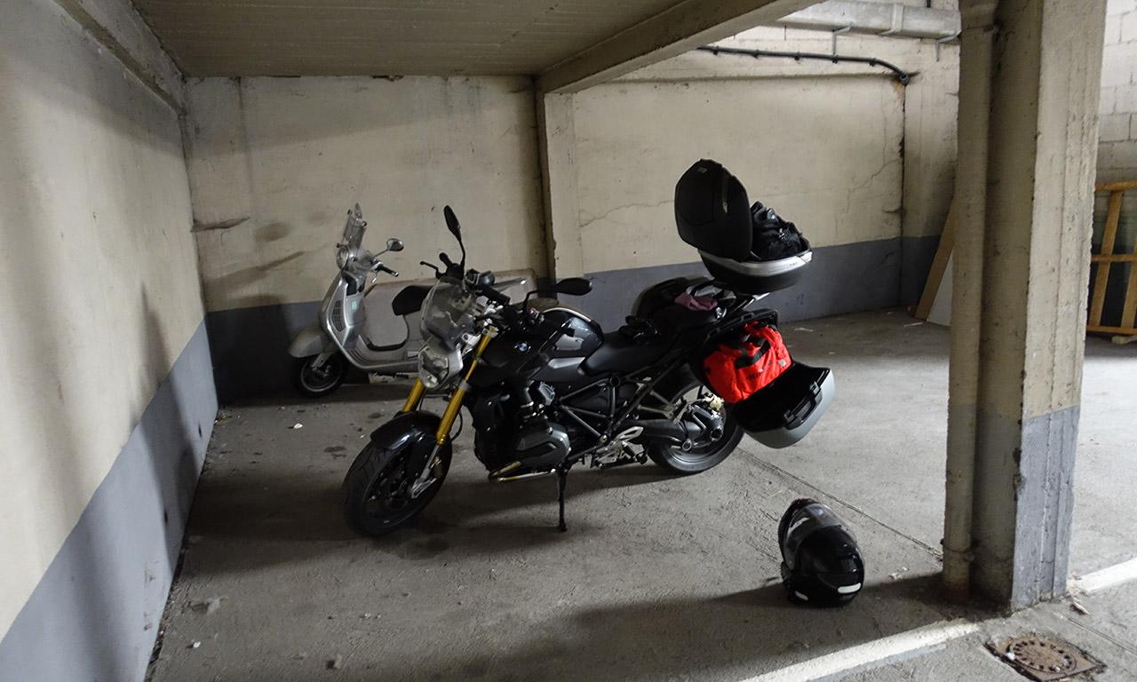moto dort au garage