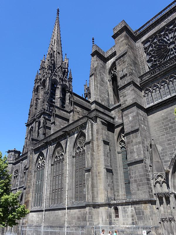 les pierres noires de la Cathédrale de Clermont Ferrand