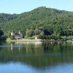 vue sur un lac autour d'Argentat (Dordogne)