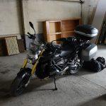 Moto dort au garage à l'hôtel Saint Pierre d'Aurllac