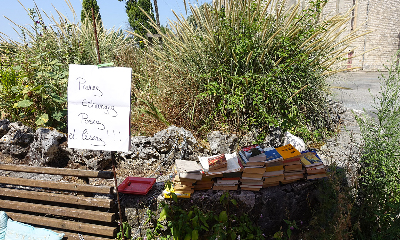 les livres à disposition au café de l'Ormes