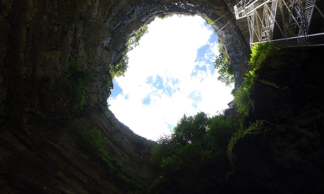 vue en bas du Gouffre de Padirac vers le ciel