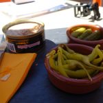 Tapas avec rillette de canard, guindillas et cornichon