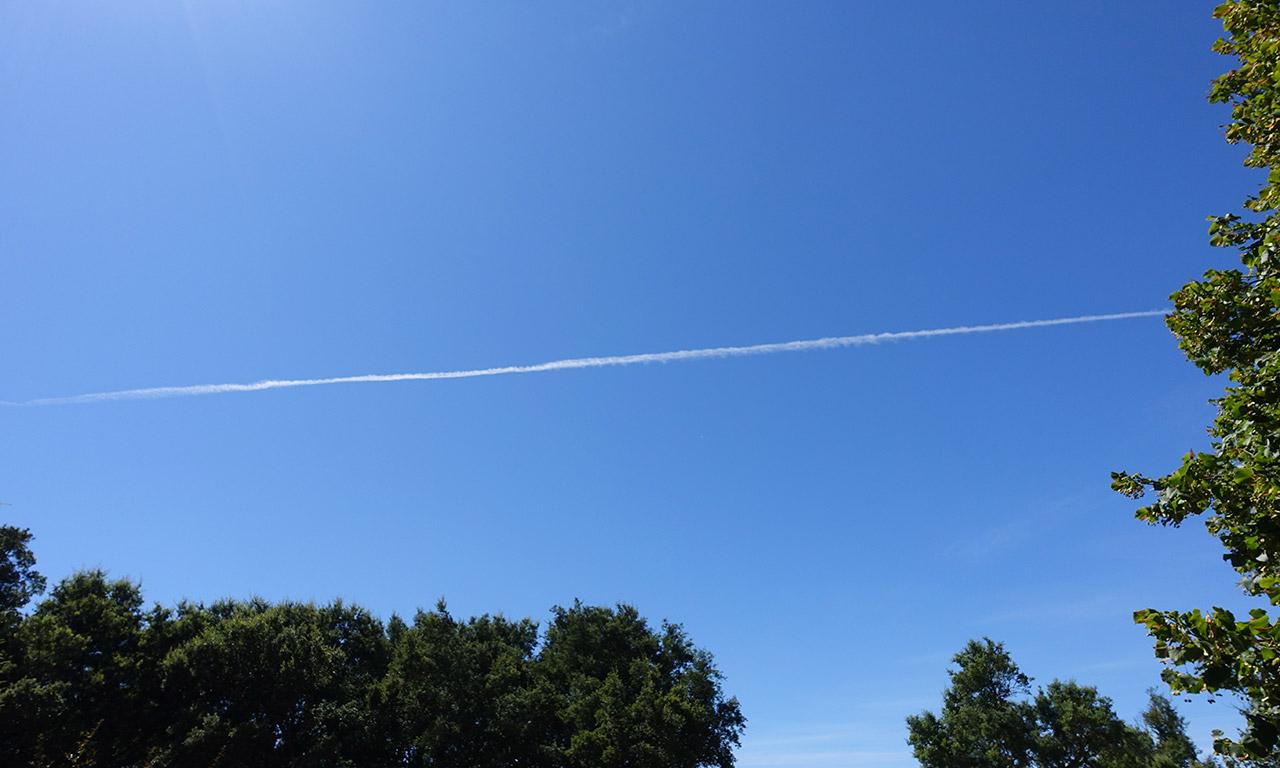 un avion passe dans le ciel