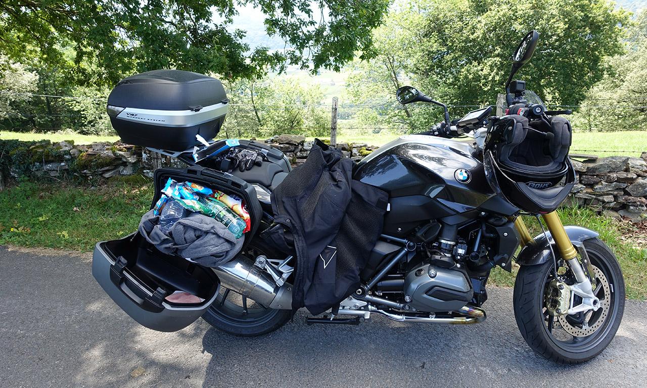moto de David Jazt équipée pour le pique nique