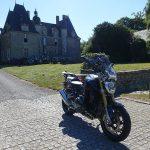 moto de David Jazt au R1200R Château de Montmuran à la Chapelle Chaussée