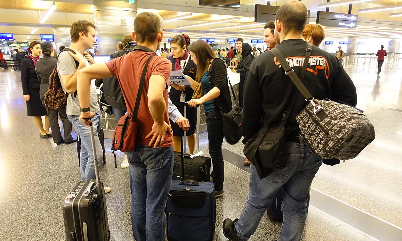 accueillis dès l'arrivée, en sortant de l'avion