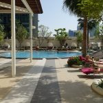 solarium et piscine exterieure au Shangri-La Doha
