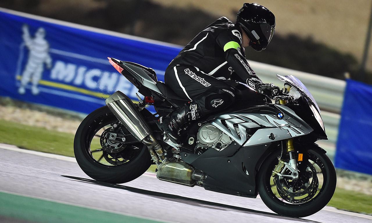 David Jazt en S1000RR sur le circuit de Losail pour l'essai des pneus Michelin Power RS