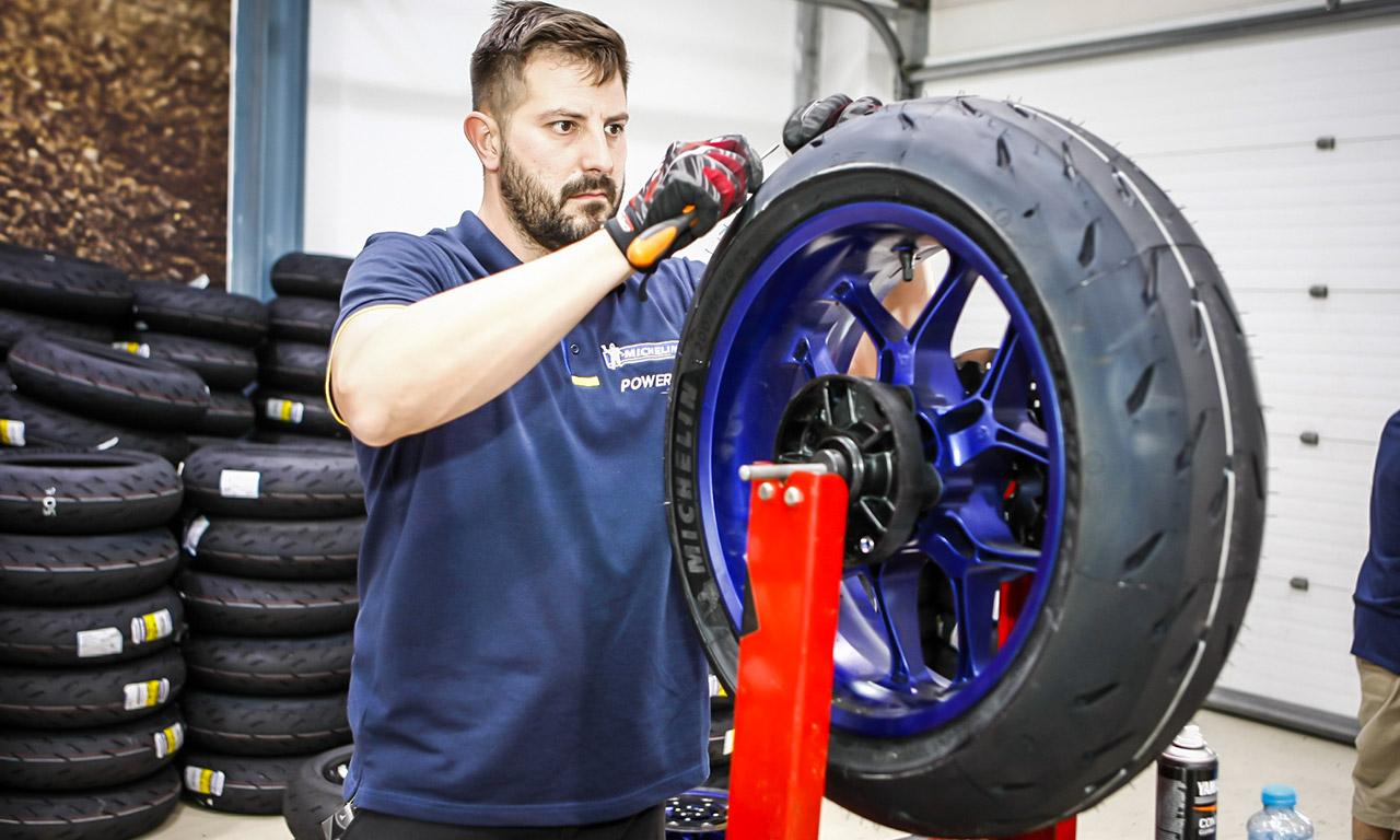 Mécano Michelin pour monter les pneus Power RS sur les motos sportives