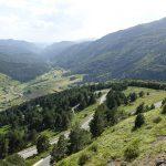 petites routes sinueuses dans les montagnes des Pyrénées l'été