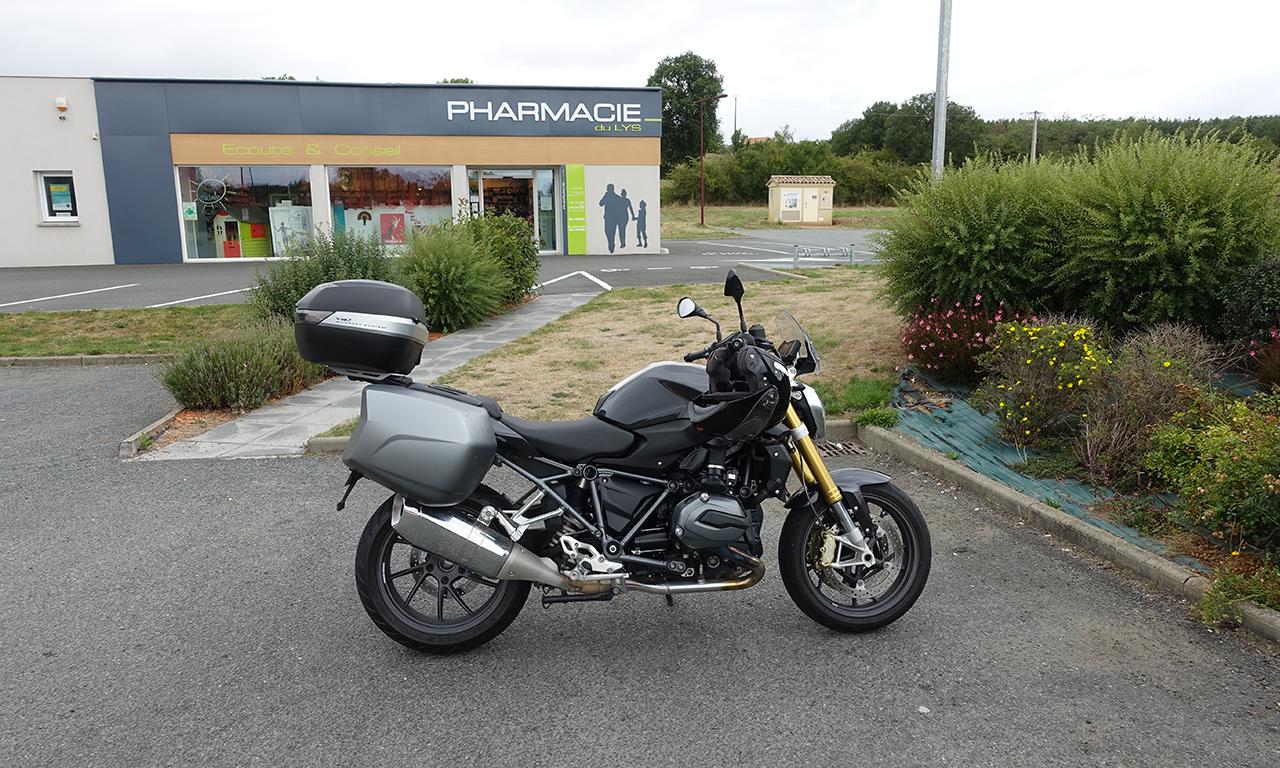 moto roadster équipée de valises et top case