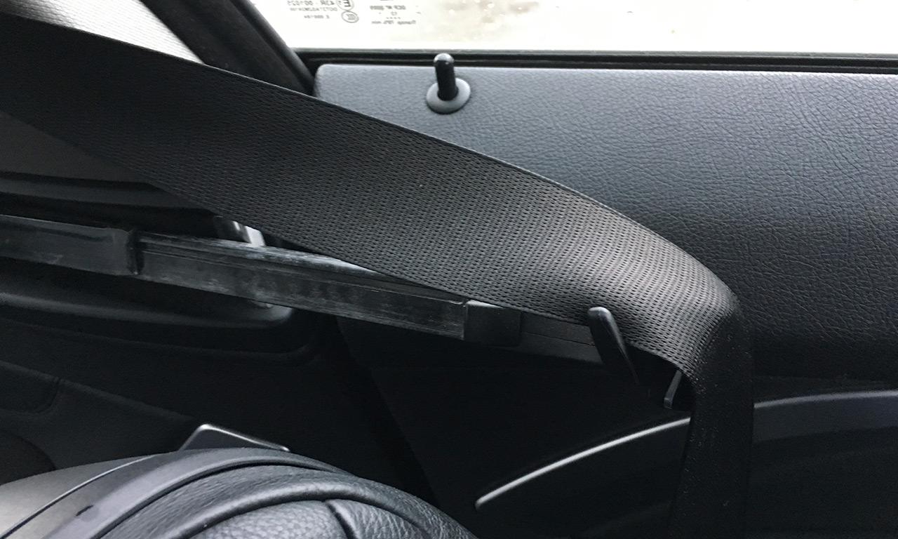 assistance pour enfiler sa ceinture de sécurité