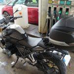 plein d'essence dans la moto