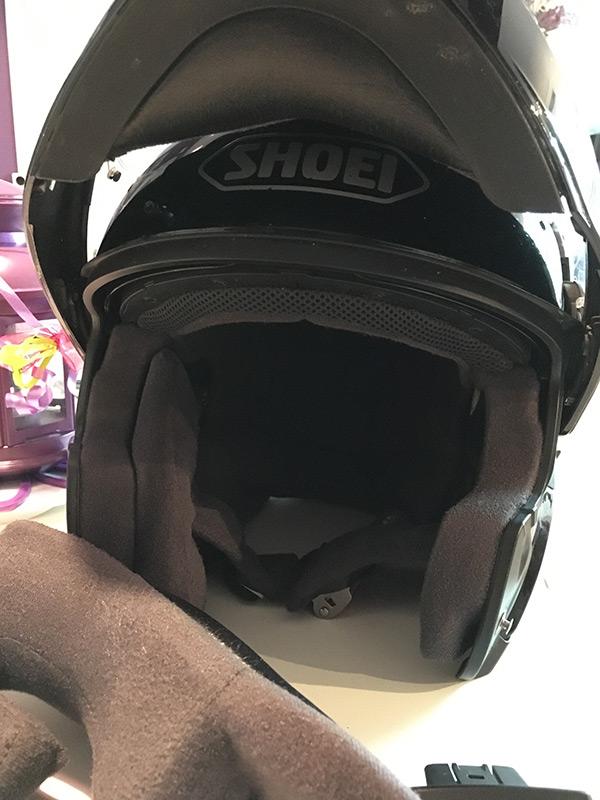 démontage du casque neotec de chez shoei pour installer un intercom
