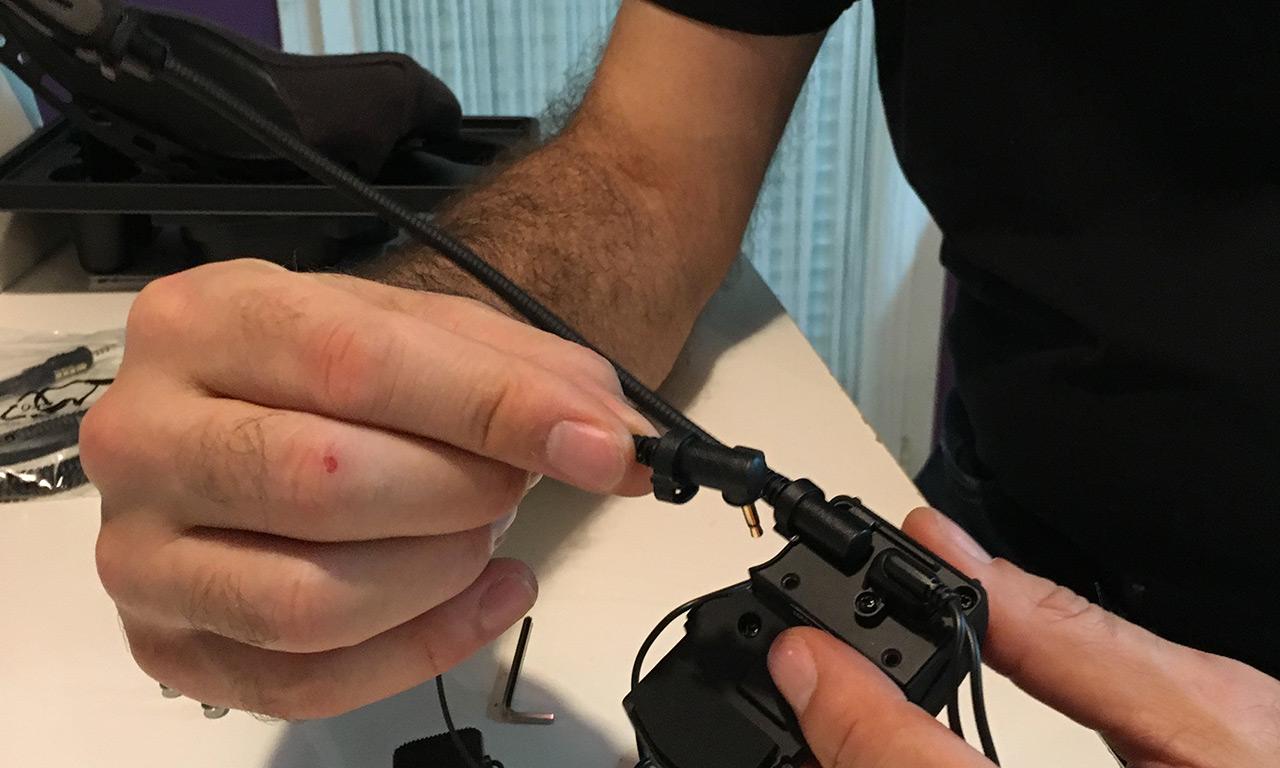 assembler la perche à la broche pour le fixer sur le casque - pivoter légèrement pour la fixer