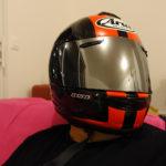 casque du motard avec visière teintée ou chromée