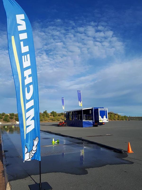 Michelin sur la piste mouillé our les tests d'adhérence