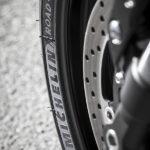 Promesse de Michelin : freinage aussi efficace à 5000km avec un Road5 qu'avec PR4 neuf