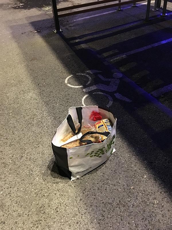 Un sac de course dans un top case