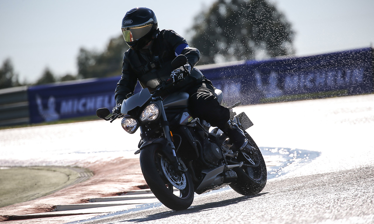 David Jazt sur le Street Triple RS en Michelin Road5 sur le mouillé