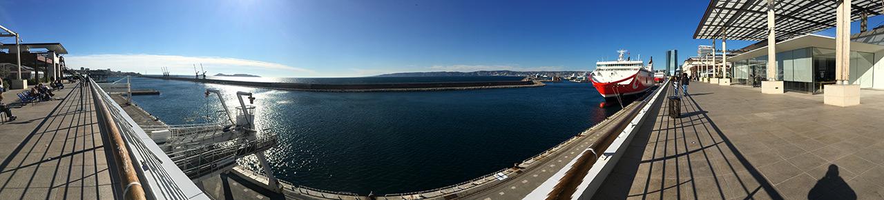 vue à 180 degrés depuis les terrasses du port : centre commerciale de Marseille