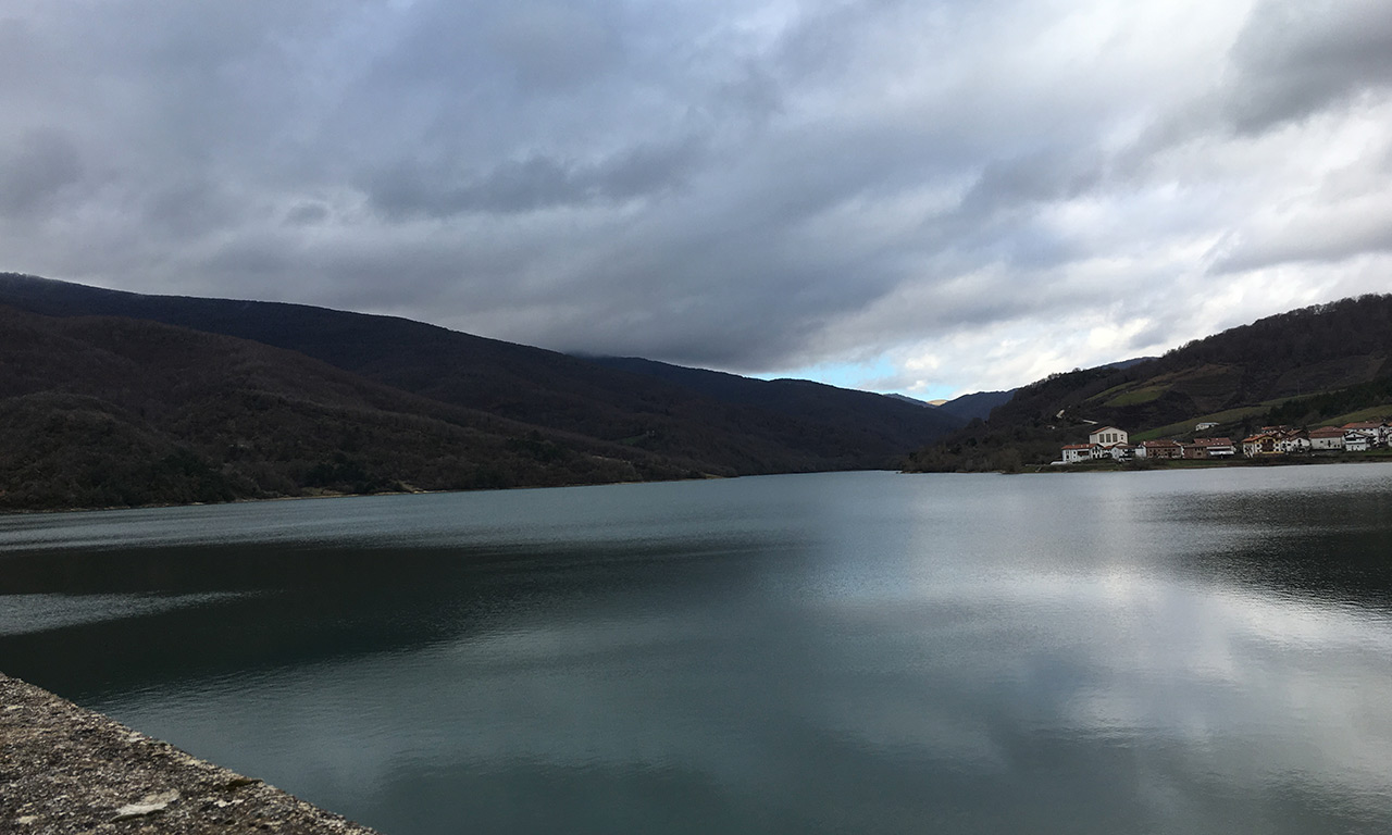 Lac artificiel au coeur des montagnes