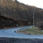 Des routes qui tournent dans les montagnes