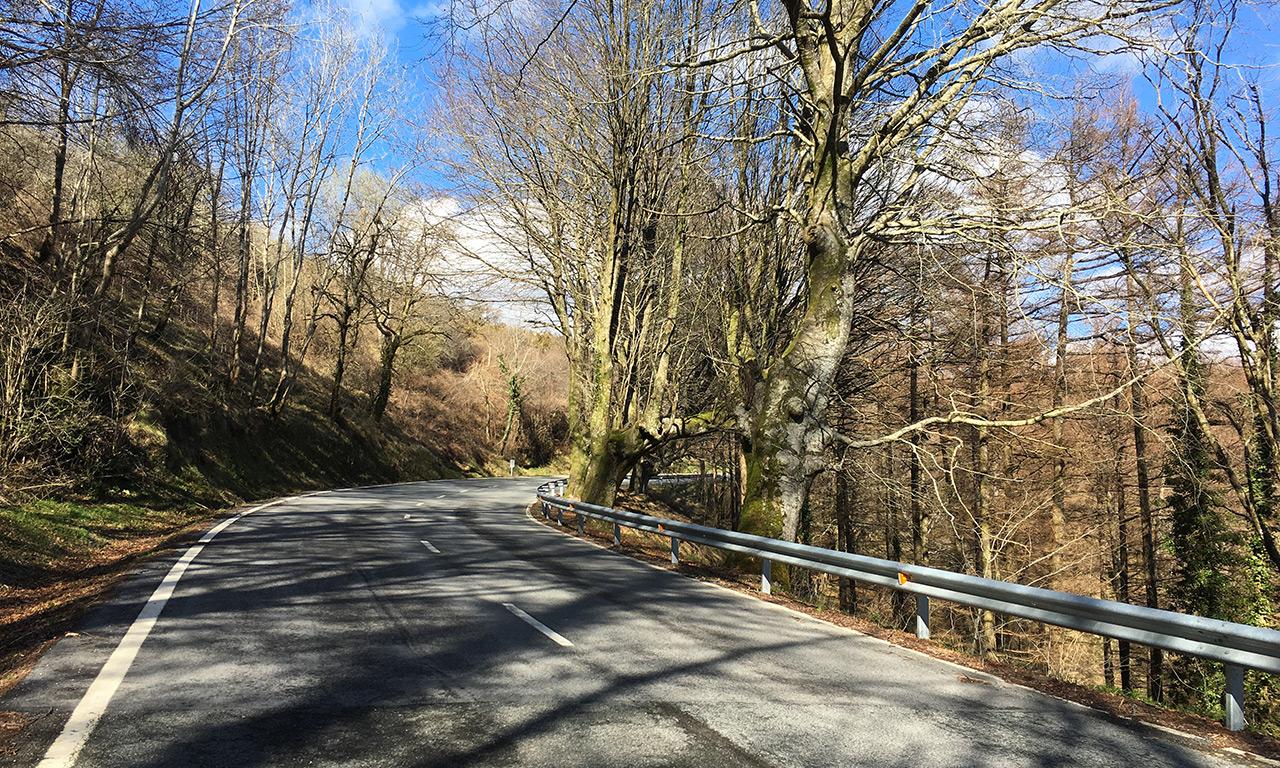 route à moto dans les montagnes pour s'amuser