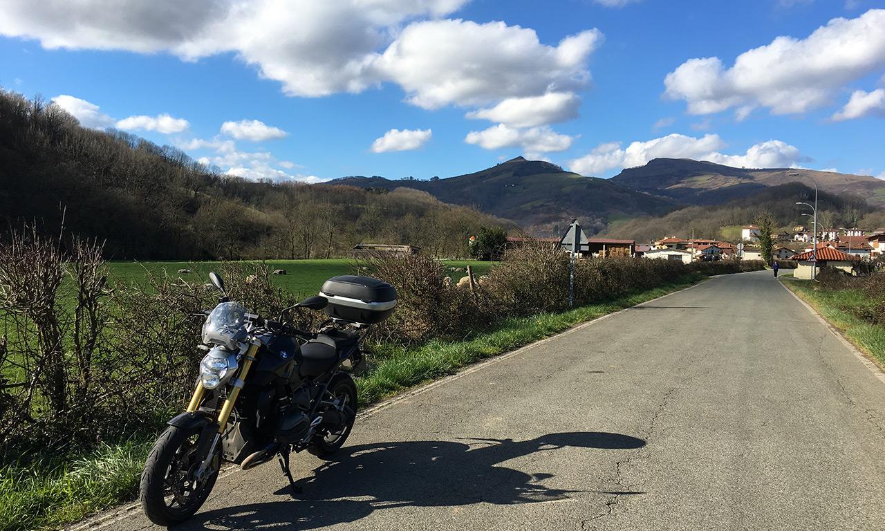 BMW R1200R de David Jazt au Pays Basque