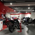 Large choix de moto Honda au premier étage chez VIP Moto