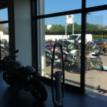 Vue vers le parking clientèle Camp Major moto