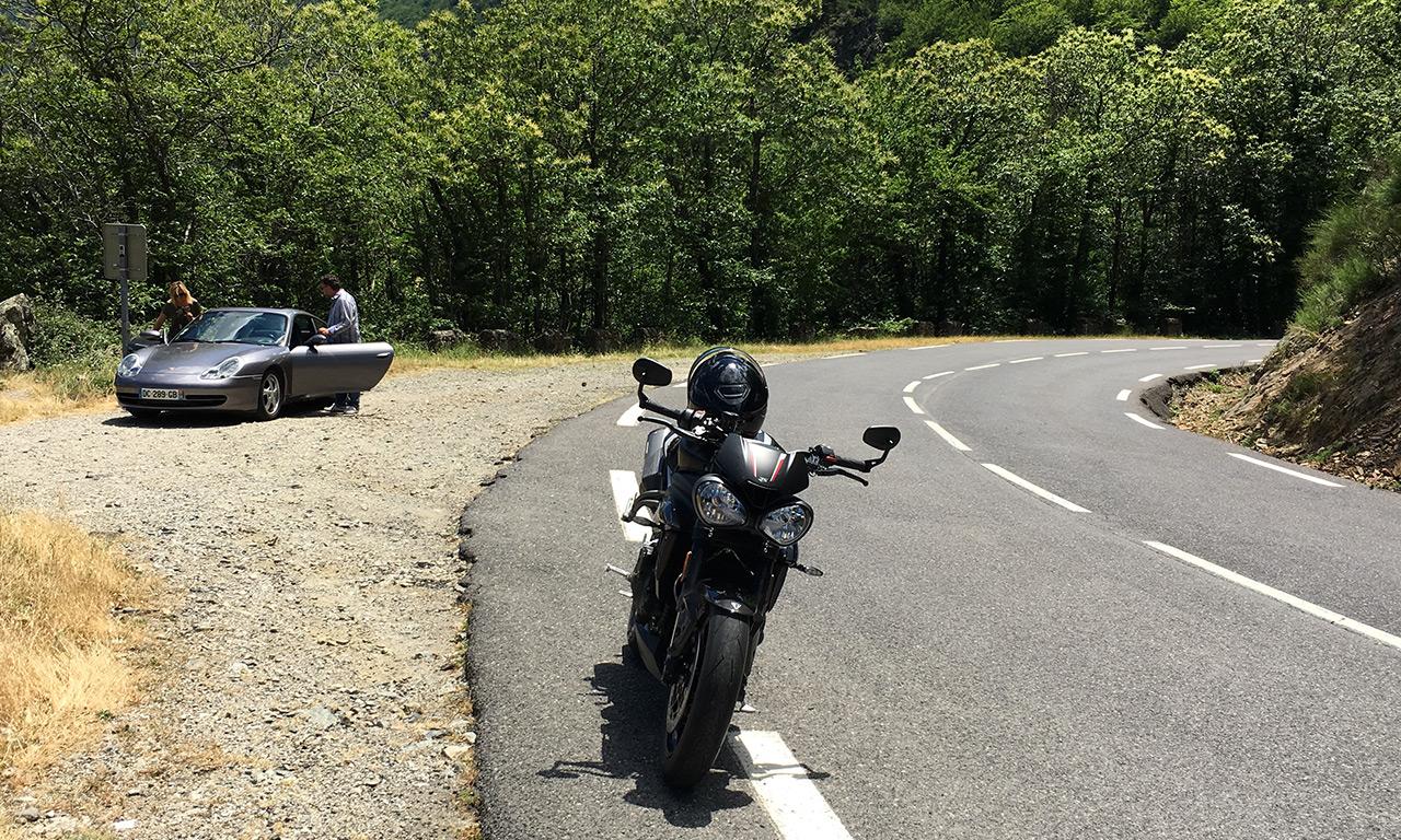 moto et voiture se partagent la route
